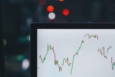 en datorskärm med upp och nergångar i aktier